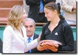 2009 french open - steffi graf presents runner up plate to dinara safina