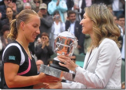 2009 french open - steffi graf presents trophy to svetlana kuznetsova